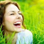 A women smile in a green field